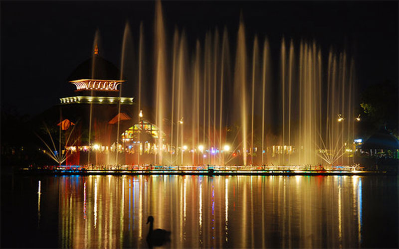 Michigan's musical fountain dazzles, delights with dancing colors
